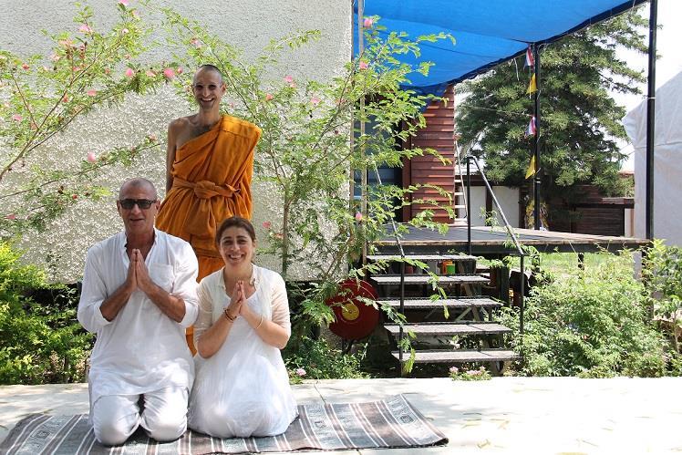 איתמר וליאורה ניומן עם הנזיר אג'אן עופר